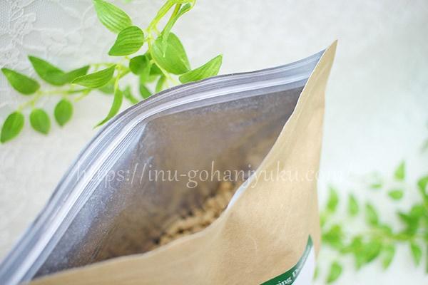 外袋は空気を遮断するアルミ素材!