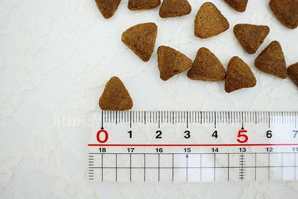 フードの形は、一辺が1cmの正方三角形!チワワなどの超小型犬はちょっと食べにくいかも・・