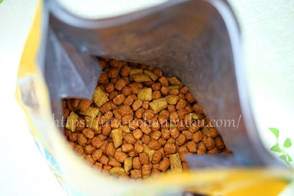 主原料は犬が消化しにくい穀物(トウモロコシ・小麦・米)