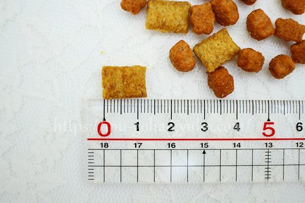 こちらはミルク配合の粒!1.2×0.9mmとやや大きめ