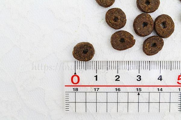 大きさは直径およそ0.8~09cm。真ん中に穴があるドーナツ型。