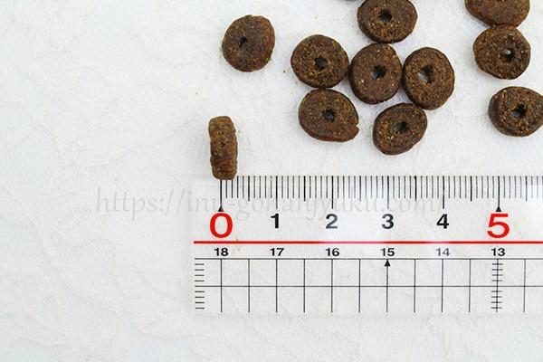 厚みは0.2~0.3cm。サイズの大小は若干ありますが、ほぼ均一レベルです。